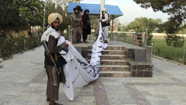 Боевики Талибан* поднимают свой флаг в городе Газни  - Sputnik Türkiye