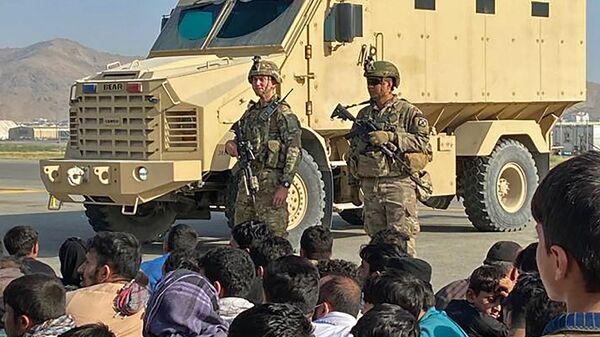 Афганские жители напротив американских солдатов в аэропорту Кабула  - Sputnik Türkiye