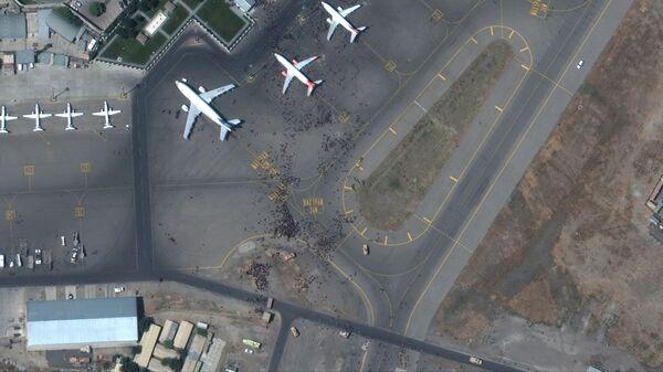 Спутниковый снимок толпы на взлетной полосе аэропорта Кабула  - Sputnik Türkiye