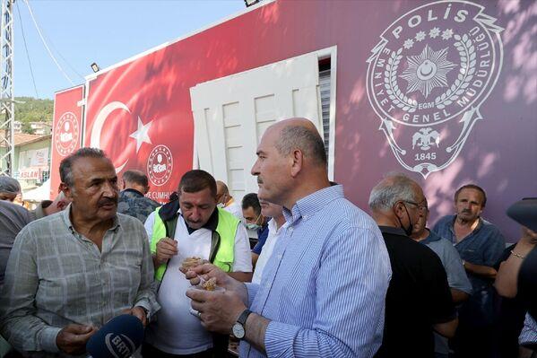 Bakan Soylu, aşure ikram ettiği vatandaşlarla sohbet etti. - Sputnik Türkiye