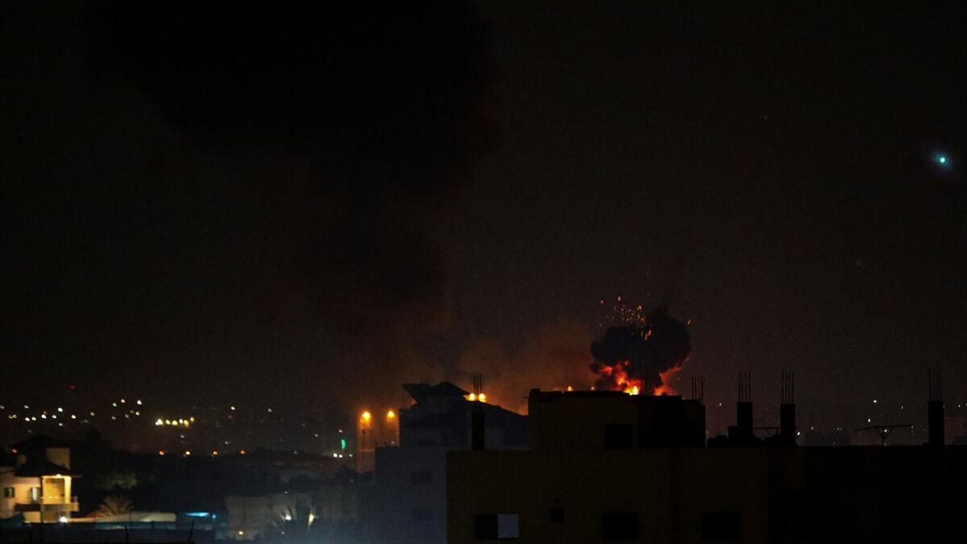 İsrail ordusu, abluka altındaki Gazze Şeridi'nde bazı noktalara hava saldırısı düzenledi. Saldırının ardından bölgeden dumanlar yükseldi. - Sputnik Türkiye, 1920, 24.08.2021