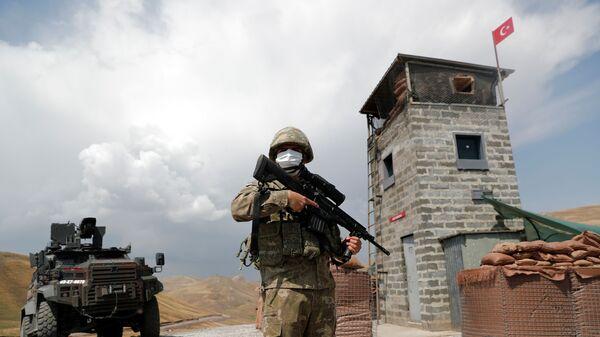 Турецкий солдат охраняет военный пост в Кальдиране на турецко-иранской границе в провинции Ван, Турция - Sputnik Türkiye