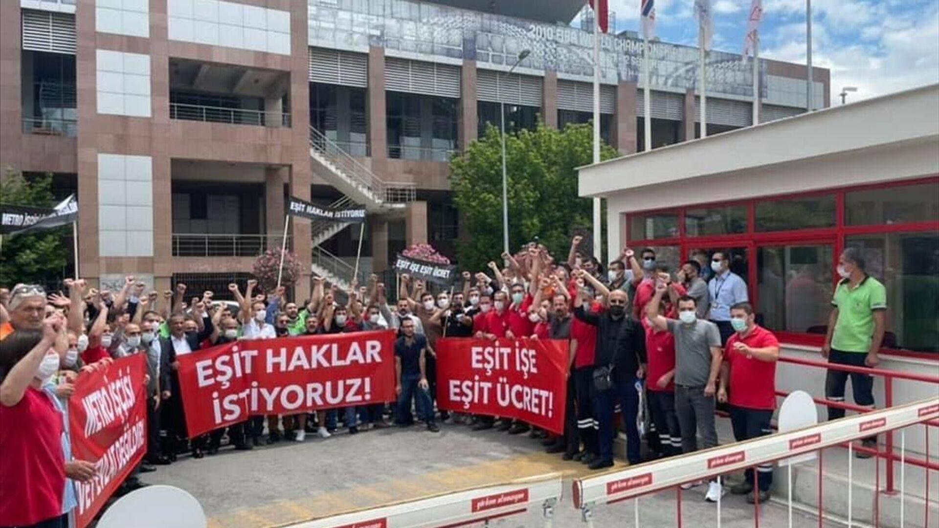 İzmir`de metro ve tramvay çalışanları TİS görüşmelerini sakal bırakma ve sivil kıyafet eylemi - Sputnik Türkiye, 1920, 27.08.2021
