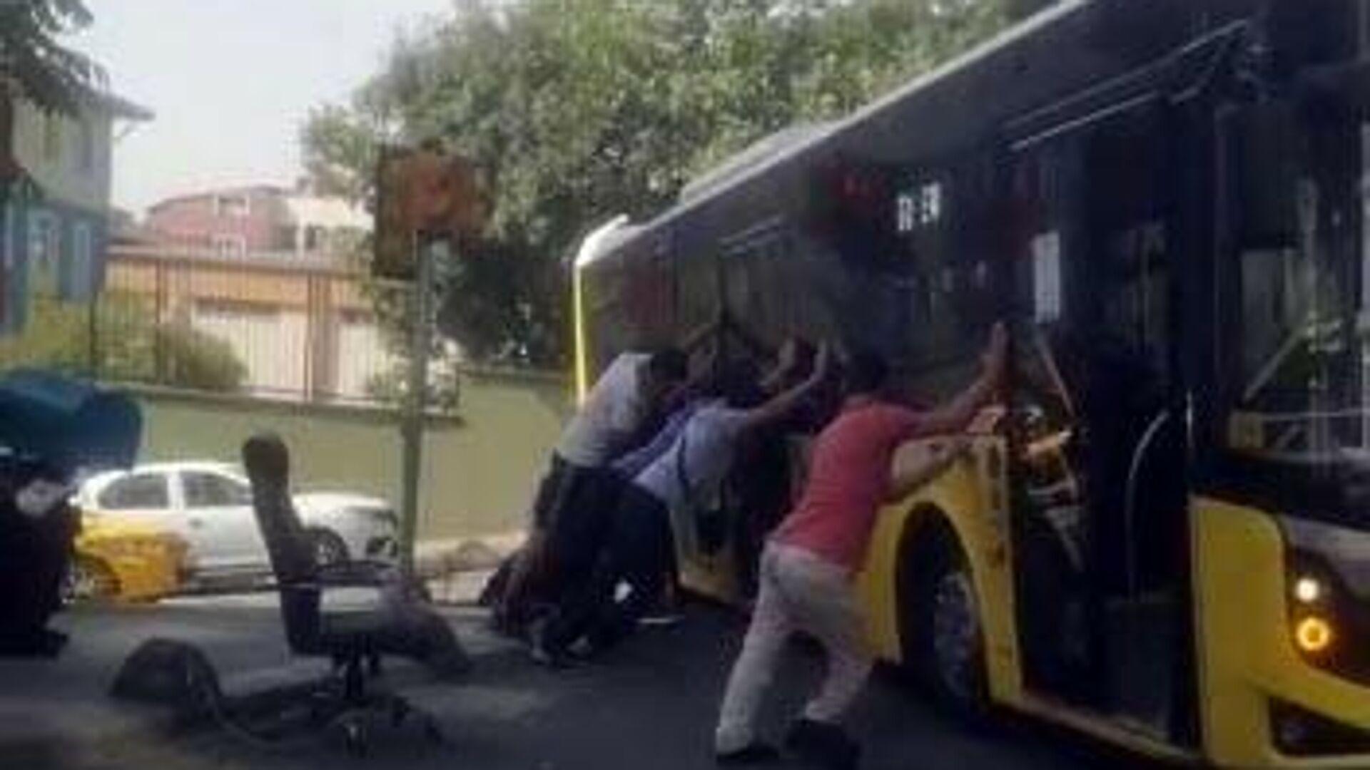 İETT otobüsü askıda kaldı - Sputnik Türkiye, 1920, 28.08.2021