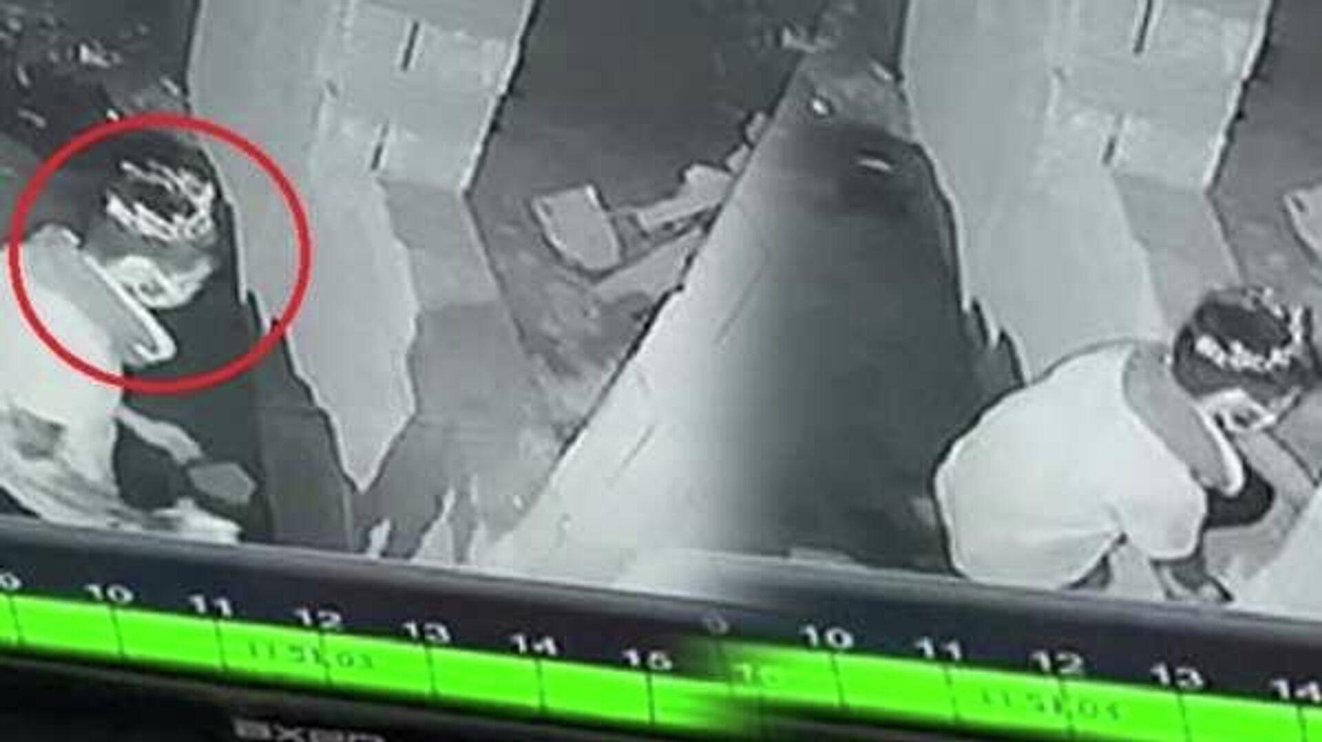 Bursa'da, inşaattan 10 top bakır elektrik kablosu çalan Murat A. (25), çıkarıldığı mahkemece tutuklandı. Murat A.'nın hırsızlık yaptığı alana başına taktığı taçla girdiği anlar, güvenlik kameralarınca kaydedildi. - Sputnik Türkiye, 1920, 03.09.2021