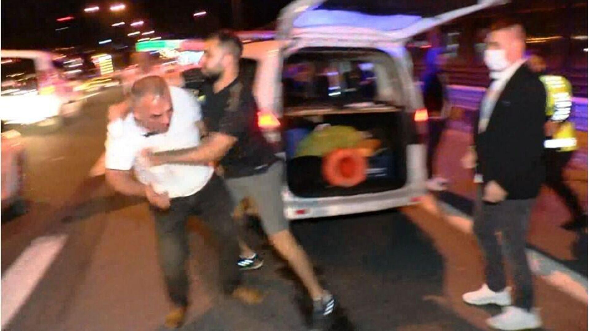 TEM Otoyolu'nda kazaya neden olan alkollü sürücüye dayak - Sputnik Türkiye, 1920, 04.09.2021