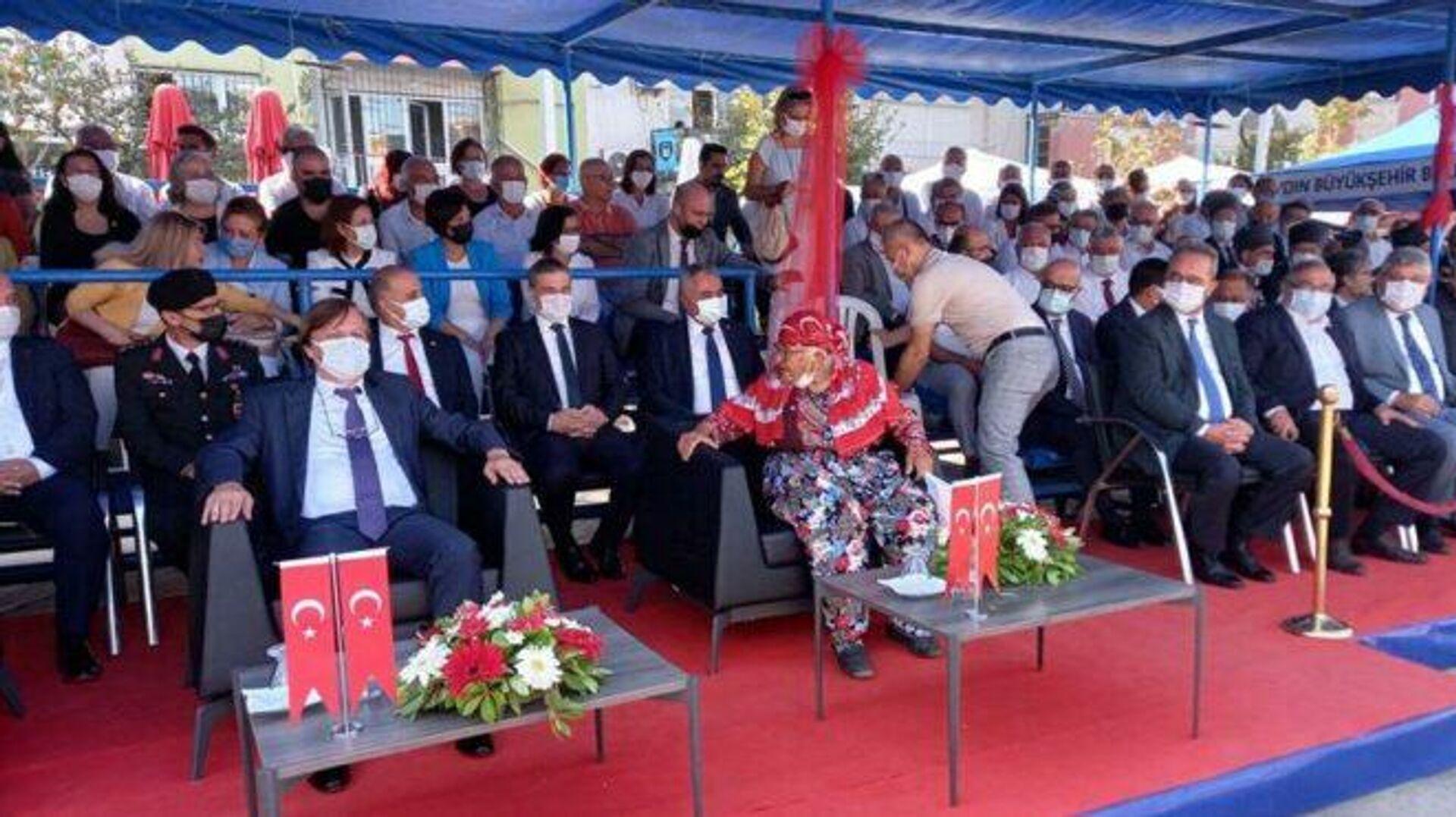Büyükşehir belediye başkanının koltuğuna oturan yaşlı kadını güçlükle ikna ettiler - Sputnik Türkiye, 1920, 07.09.2021