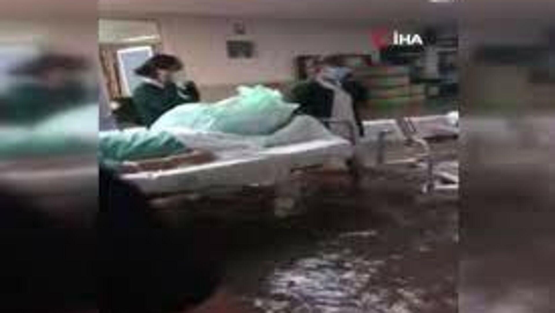 Meksika'nın Hidalgo eyaletinde şiddetli yağış sonucu Tula Nehri'nin taşması ile sel meydana geldi. Sel felaketinde su basan ve elektrikleri kesilen hastanede 10 hasta hayatını kaybetti. - Sputnik Türkiye, 1920, 08.09.2021