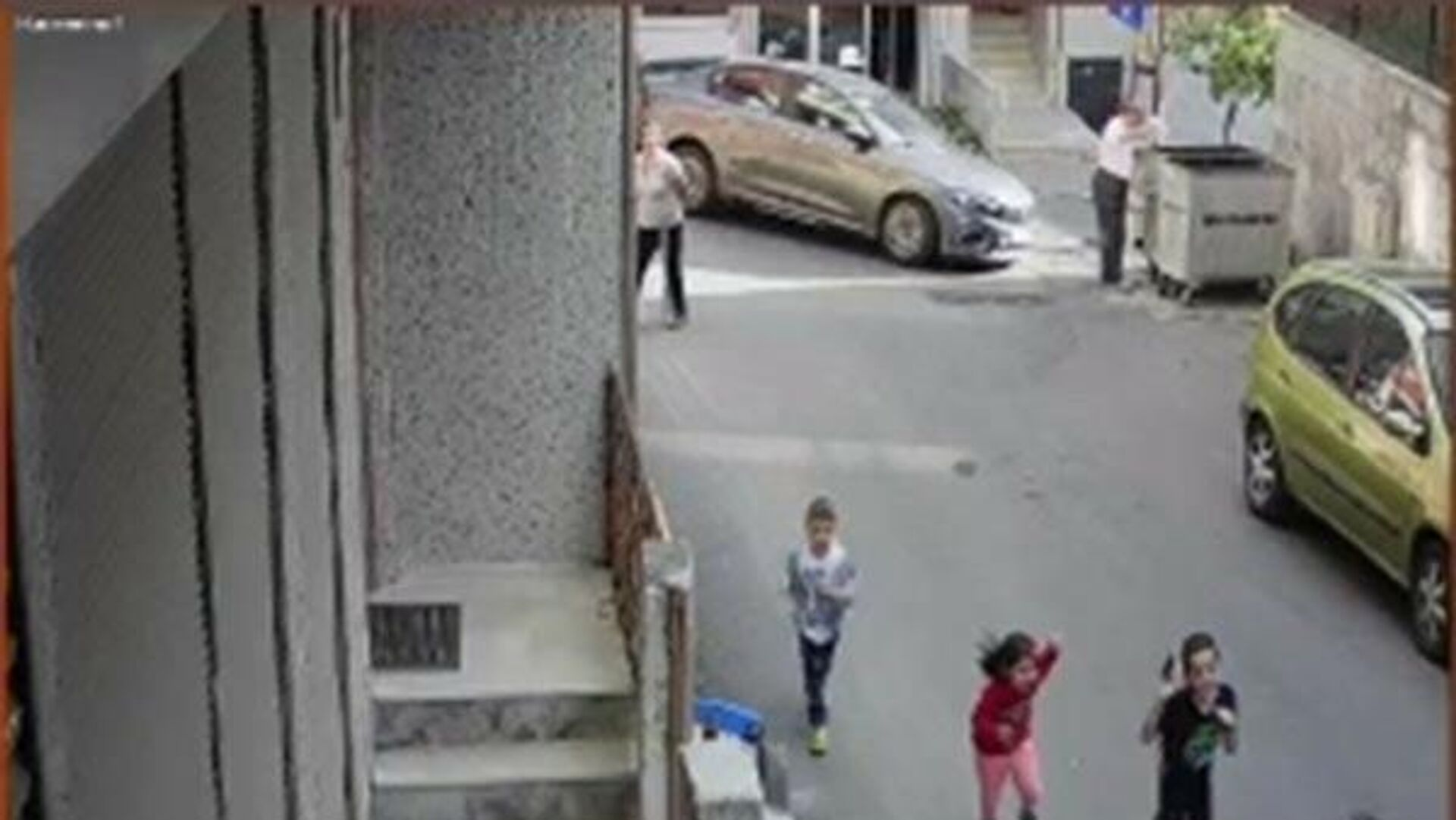 Şişli'de feci kaza kamerada: Çöp atarken dehşeti yaşadı - Sputnik Türkiye, 1920, 08.09.2021