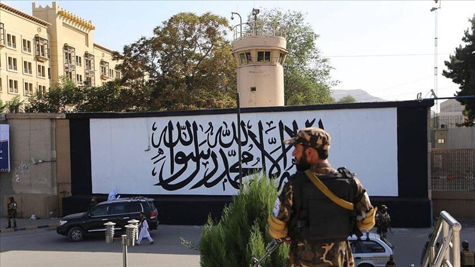 Afganistan'ın başkenti Kabil'de ABD'nin terk ettiği büyükelçilik binasının duvarına Taliban bayrağı resmedildi. - Sputnik Türkiye, 1920, 16.09.2021