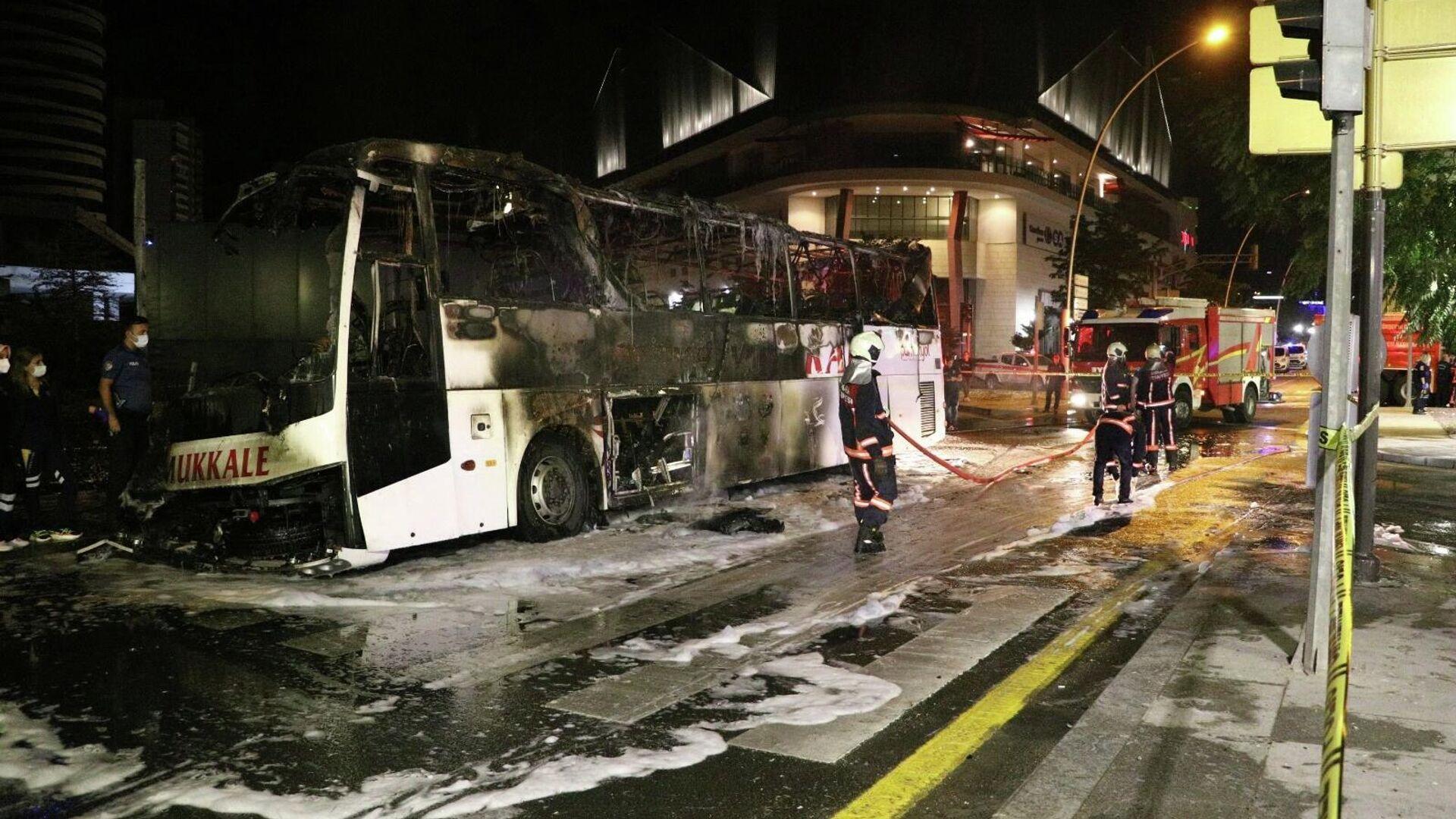 Ankara'nın Çankaya ilçesinde önce yön levhasına daha sonra aydınlatma direklerine çarpan şehirlerarası yolcu otobüsünün yanması sonucu 1 kişi hayatını kaybederken 3'ü ağır 17 kişi yaralandı. Alev alan otobüsü fark eden lojmanlardaki askerlerin, yolcuları kısa sürede tahliye ederek büyük bir facianın önüne geçtikleri öğrenildi. - Sputnik Türkiye, 1920, 11.09.2021