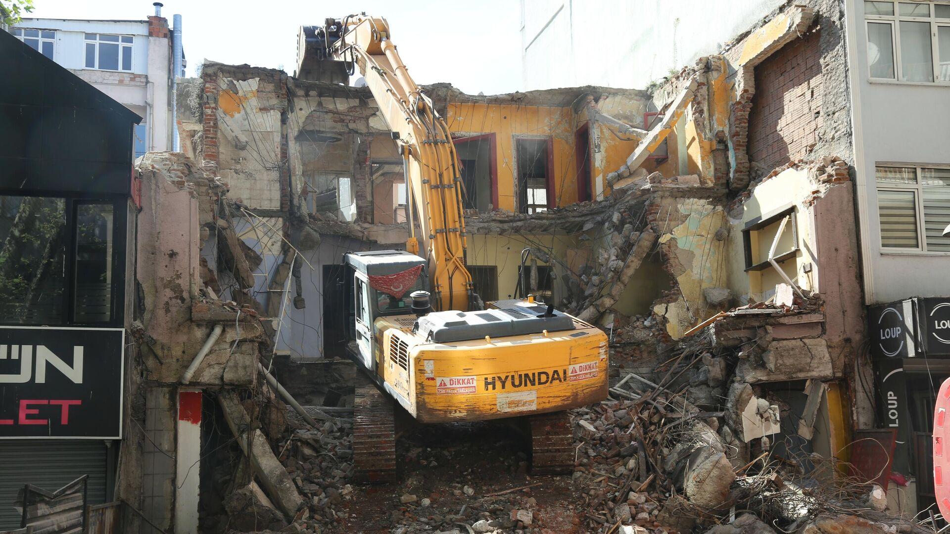 Gölcük depreminde ağır hasar gören bina 22 yıl sonra yıkıldı - Sputnik Türkiye, 1920, 12.09.2021