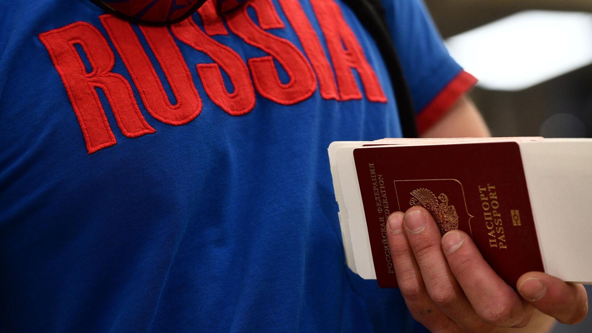 Rus turist, Türkiye, pasaport, koronavirüs - Sputnik Türkiye, 1920, 16.09.2021