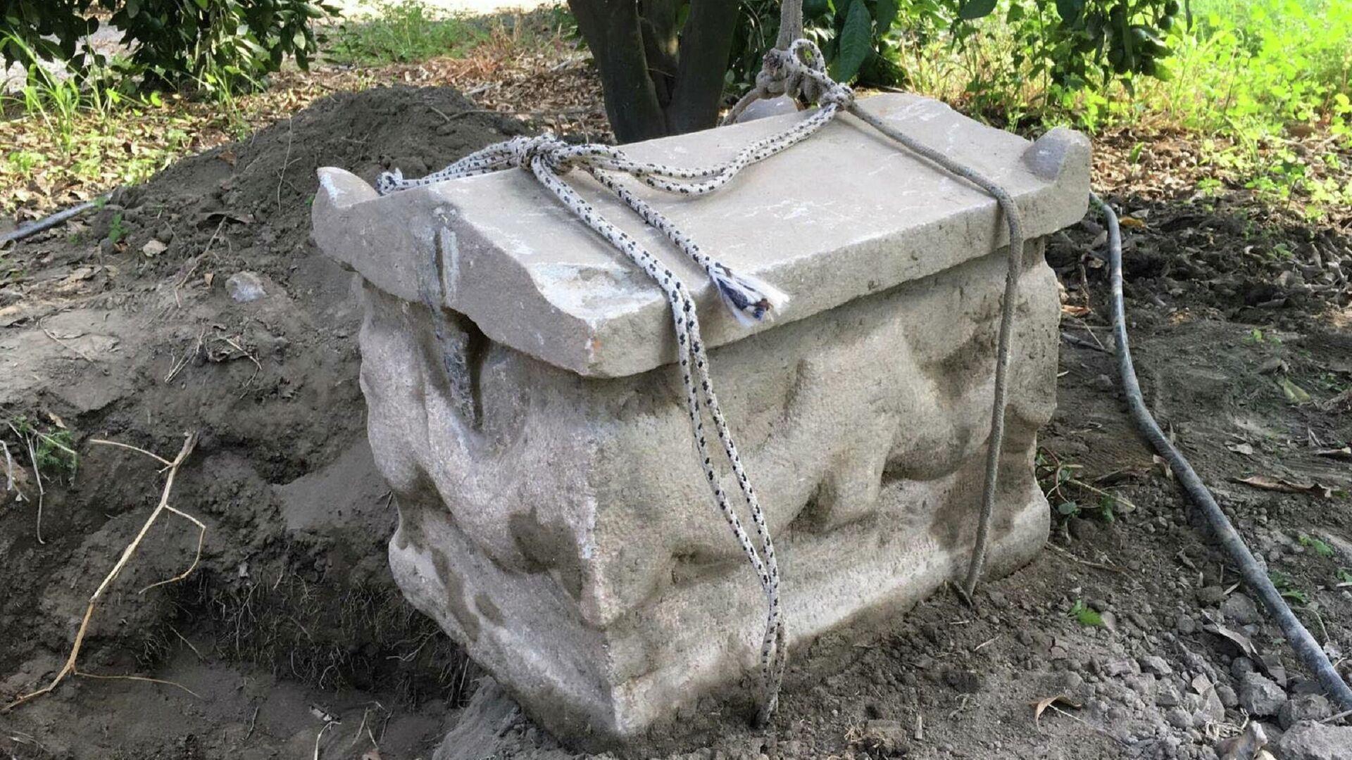 İzmir'in Selçuk ilçesinde, jandarma ekiplerince yapılan operasyonda, M.Ö. 3. yüzyıldan Roma dönemine ait ostotek lahit ele geçirildi. - Sputnik Türkiye, 1920, 16.09.2021
