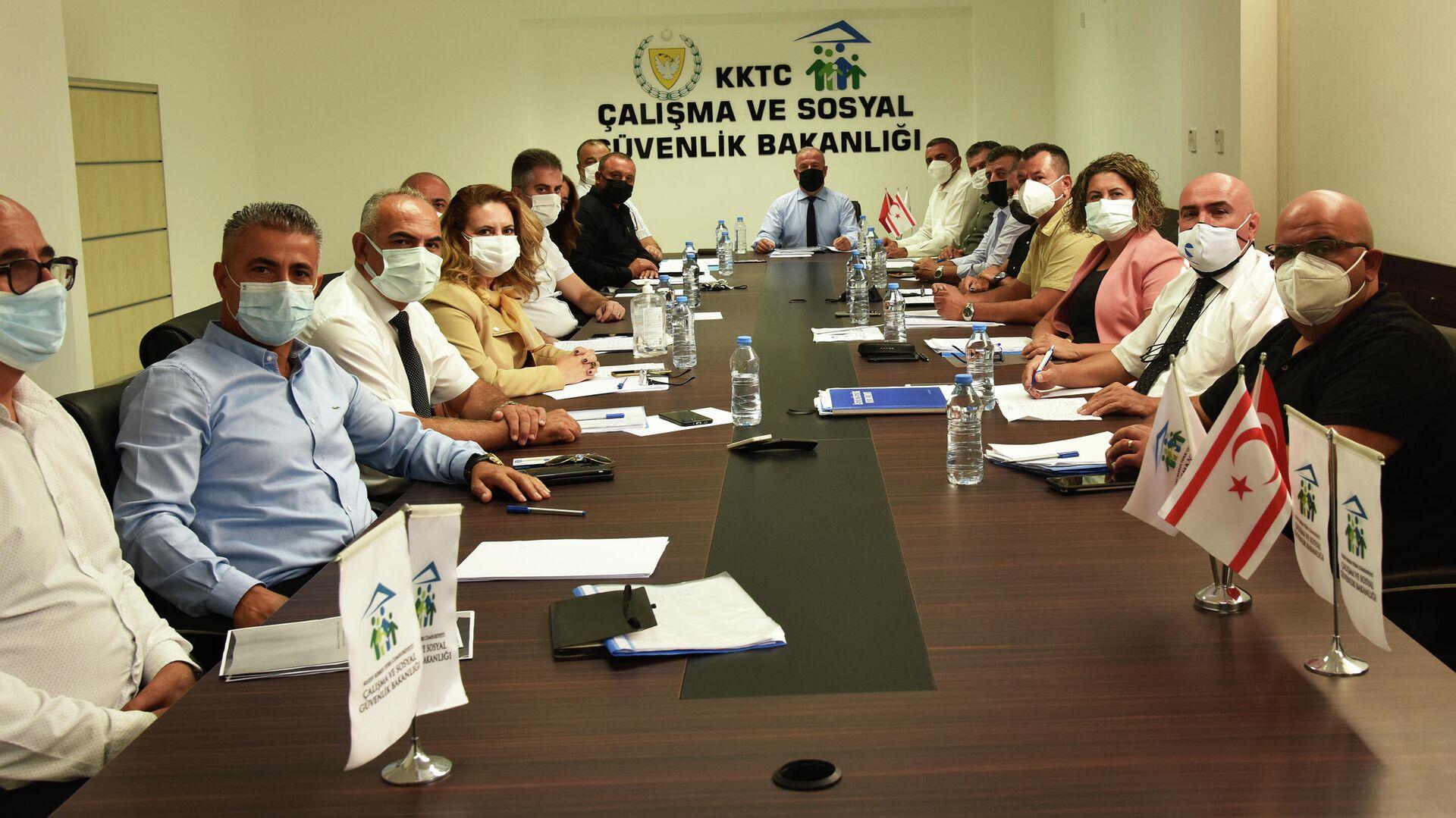 Kuzey Kıbrıs Çalışma ve Sosyal Güvenlik Bakanlığı'ndaki asgari ücret görüşmeleri - Sputnik Türkiye, 1920, 17.09.2021