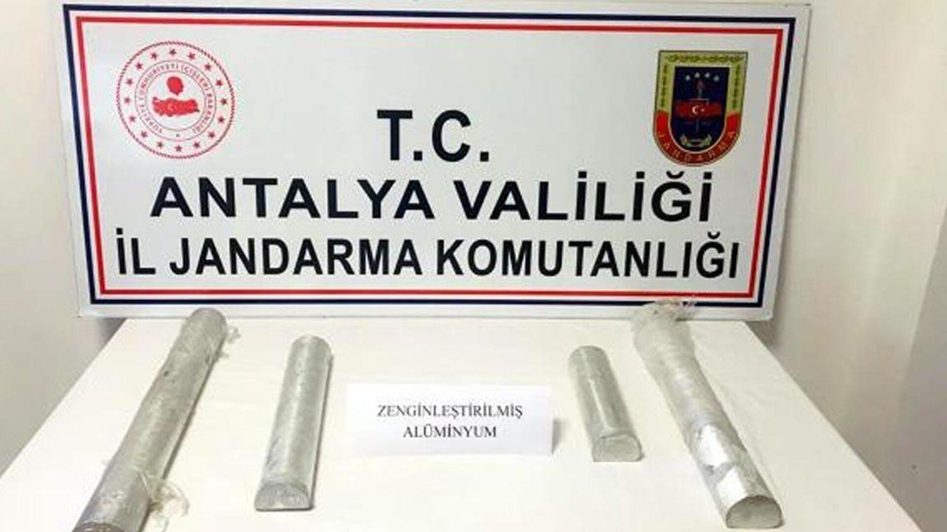 Antalya'nın Manavgat ilçesinde jandarmanın operasyonunda nükleer enerji, füze imalatı ve el yapımı patlayıcı yapımında kullanılan ve piyasa değeri yaklaşık 60 milyon TL olduğu belirtilen 15 kilogram zenginleştirilmiş saf alüminyum maddesi ele geçirildi. Olayla ilgili 4 şüpheli tutuklanırken, aranan bir şüpheli de yakalandı. - Sputnik Türkiye, 1920, 18.09.2021