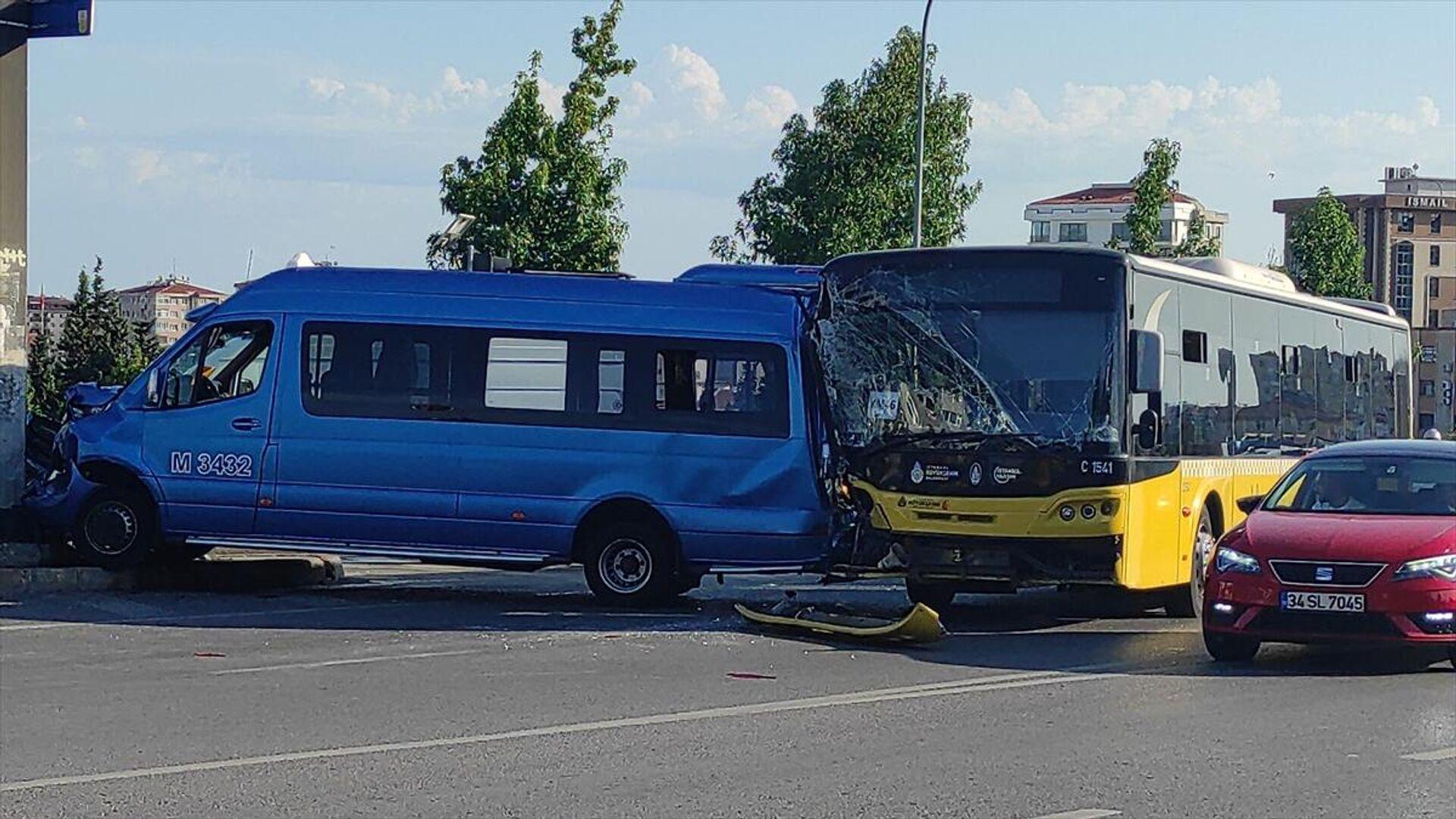Kadıköy'de İETT otobüsü ile minibüsün çarpışması  - Sputnik Türkiye, 1920, 19.09.2021