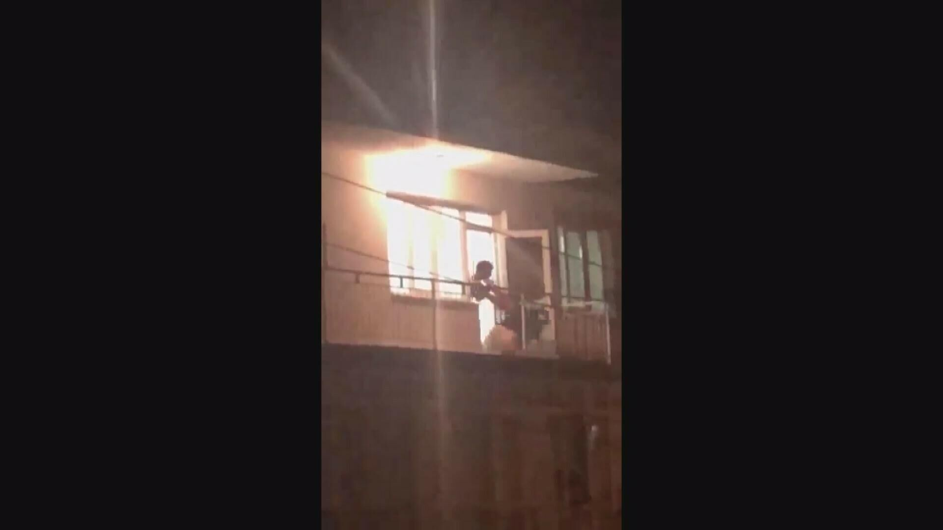 İzmir'in Aliağa ilçesinde, 2 çocuk annesi genç kadının çocuklarının gözü önünde kocası tarafından darp edilmesi anbean cep telefonu görüntülerine yansırken, gözaltına alınan şüpheli çıkarıldığı mahkemece tutuklandı. - Sputnik Türkiye, 1920, 20.09.2021