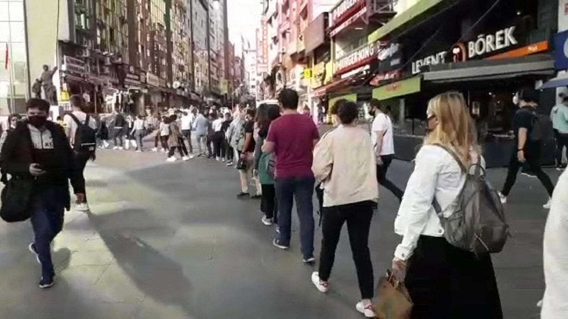Şirinevler Meydanı'nda metrelerce toplu ulaşım kuyruğu  - Sputnik Türkiye, 1920, 21.09.2021