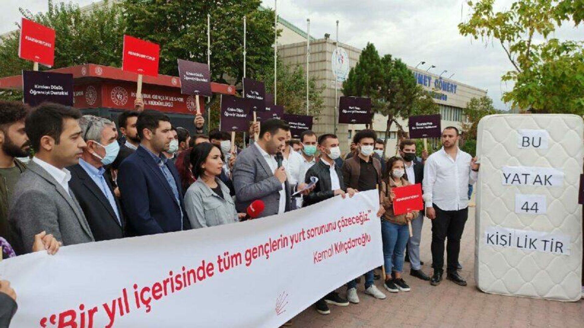CHP İstanbul İl Gençlik Kolları başkanı Cem Aydın beraberindeki 44 kişiyle birlikte Gençlik ve Spor İl Müdürlüğü önünde yurt ve barınma sorununa ilişkin açıklama yaparak, İstanbul'da bir KYK yurdunun tek bir yatağına yaklaşık 44 öğrenci düştüğünü belirtti. - Sputnik Türkiye, 1920, 23.09.2021