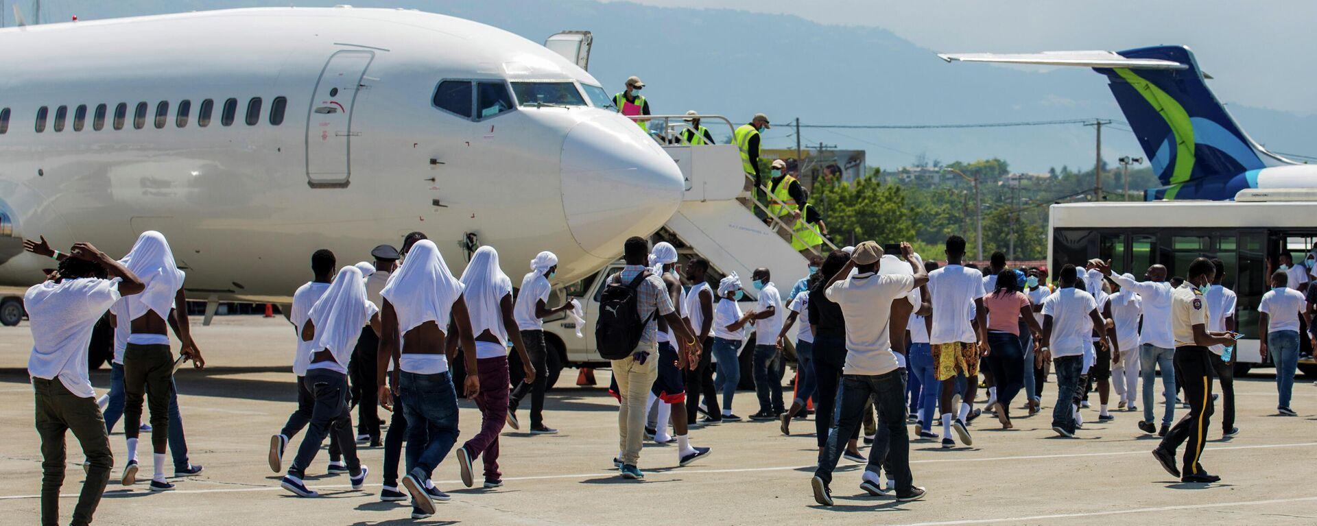 Sınır dışı edilen Haitililer, Texas uçağına yeniden binmeye çalıştı - Sputnik Türkiye, 1920, 23.09.2021