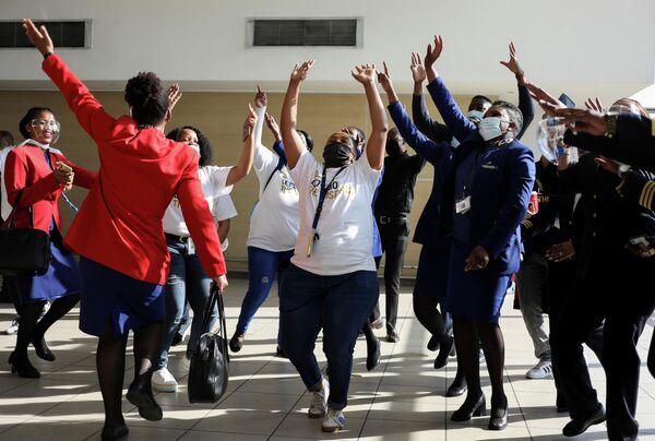 Uzun bir aranın ardından işlerinin başına geri dönen havayolu çalışanları ise havaalanında şenlik havası yarattı. Çalışanlar, alandaki SAA uçaklarının yanında dans ederek eğlendi. Havaalanı balonlarla süslendi. - Sputnik Türkiye