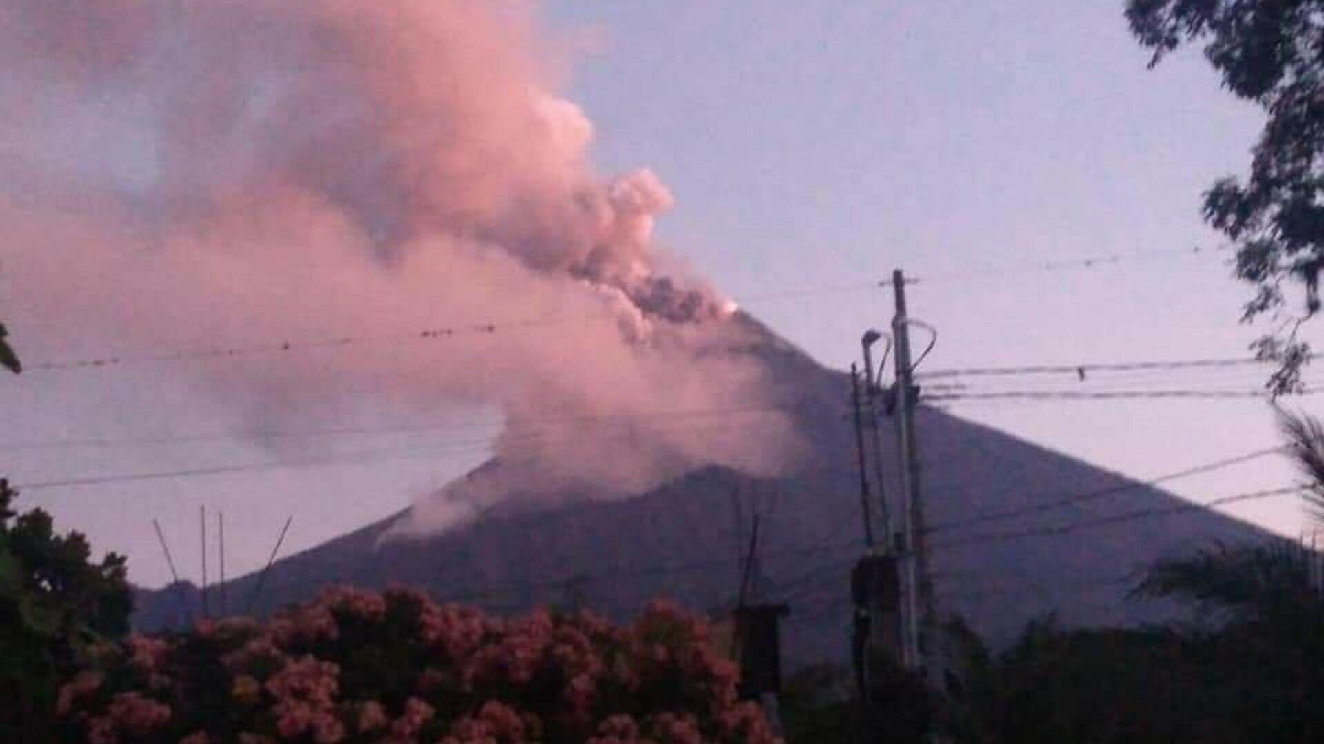 Guatemala Ulusal Volkanoloji Enstitüsü (Insivumeh), 3 bin 763 metre yüksekliğindeki Fuego Yanardağının faaliyete geçtiğini açıklarken, yanardağdan akan lavların şimdiden 6 kilometre yol kat ettiğini aktardı. - Sputnik Türkiye, 1920, 23.09.2021