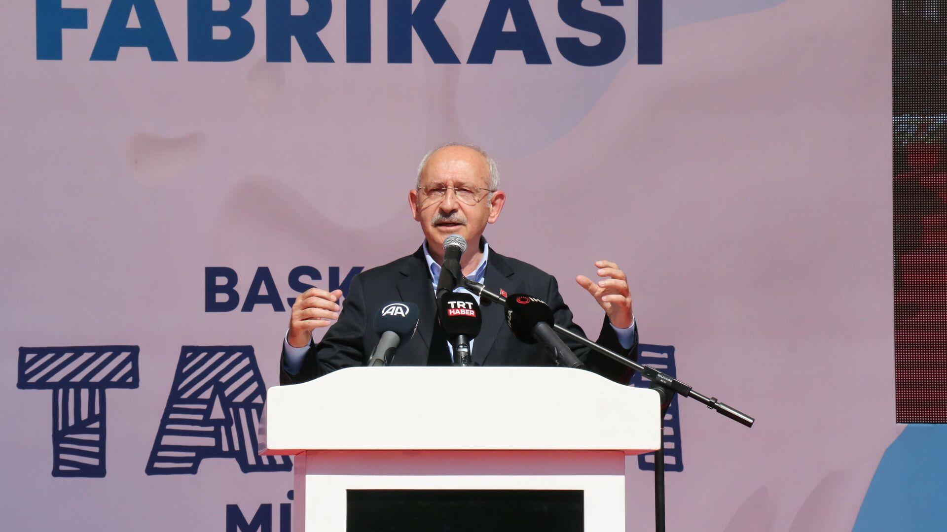 CHP Genel Başkanı Kemal Kılıçdaroğlu İzmir programları kapsamında, Bayındır ilçesinde bulunan BAYSAN Süt İşletme Fabrikası'nın temel atma törenine katıldı. Burada konuşan Kılıçdaroğlu, fabrikaların önemine vurgu yaparak, Her fabrika, Türkiye Cumhuriyeti Devleti için bir kaledir dedi. - Sputnik Türkiye, 1920, 26.09.2021