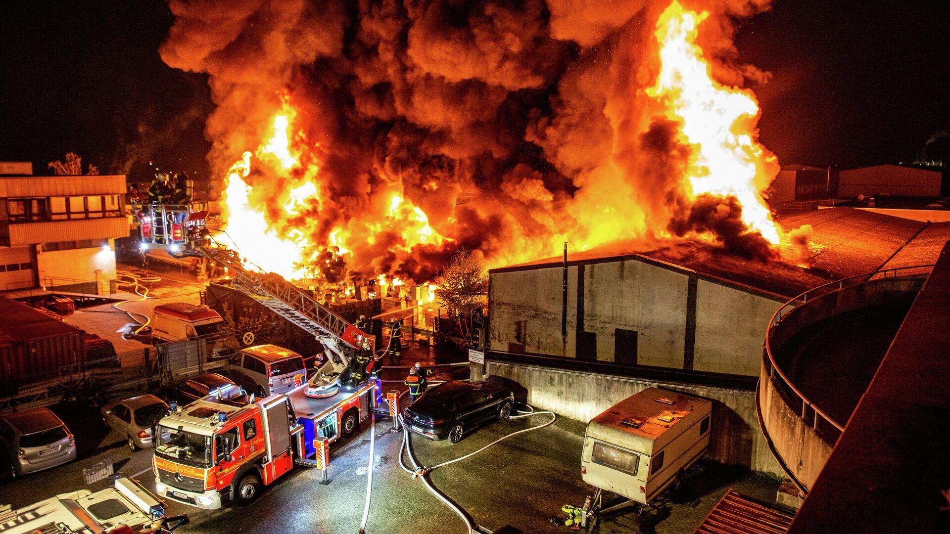 Almanya'nın Hamburg kentinde Türk vatandaşa ait iş yerinde yangın çıktı. Yangında 3 iş yeri küle dönerken, can kaybı yaşanmadığı belirtildi. - Sputnik Türkiye, 1920, 26.09.2021