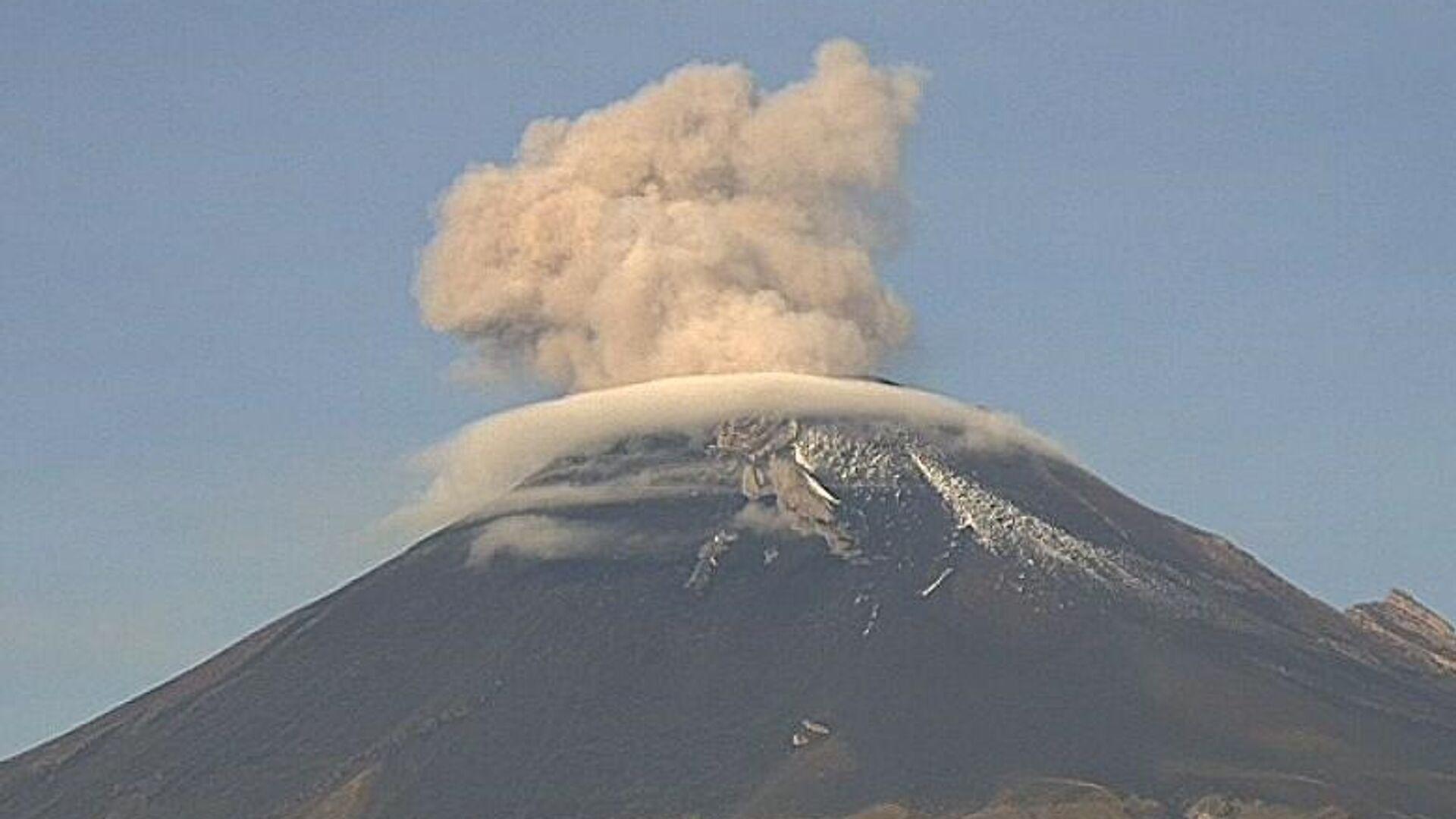 Meksika'daki Popocatepetl Yanardağı günün erken saatlerinde faaliyete geçti. - Sputnik Türkiye, 1920, 27.09.2021