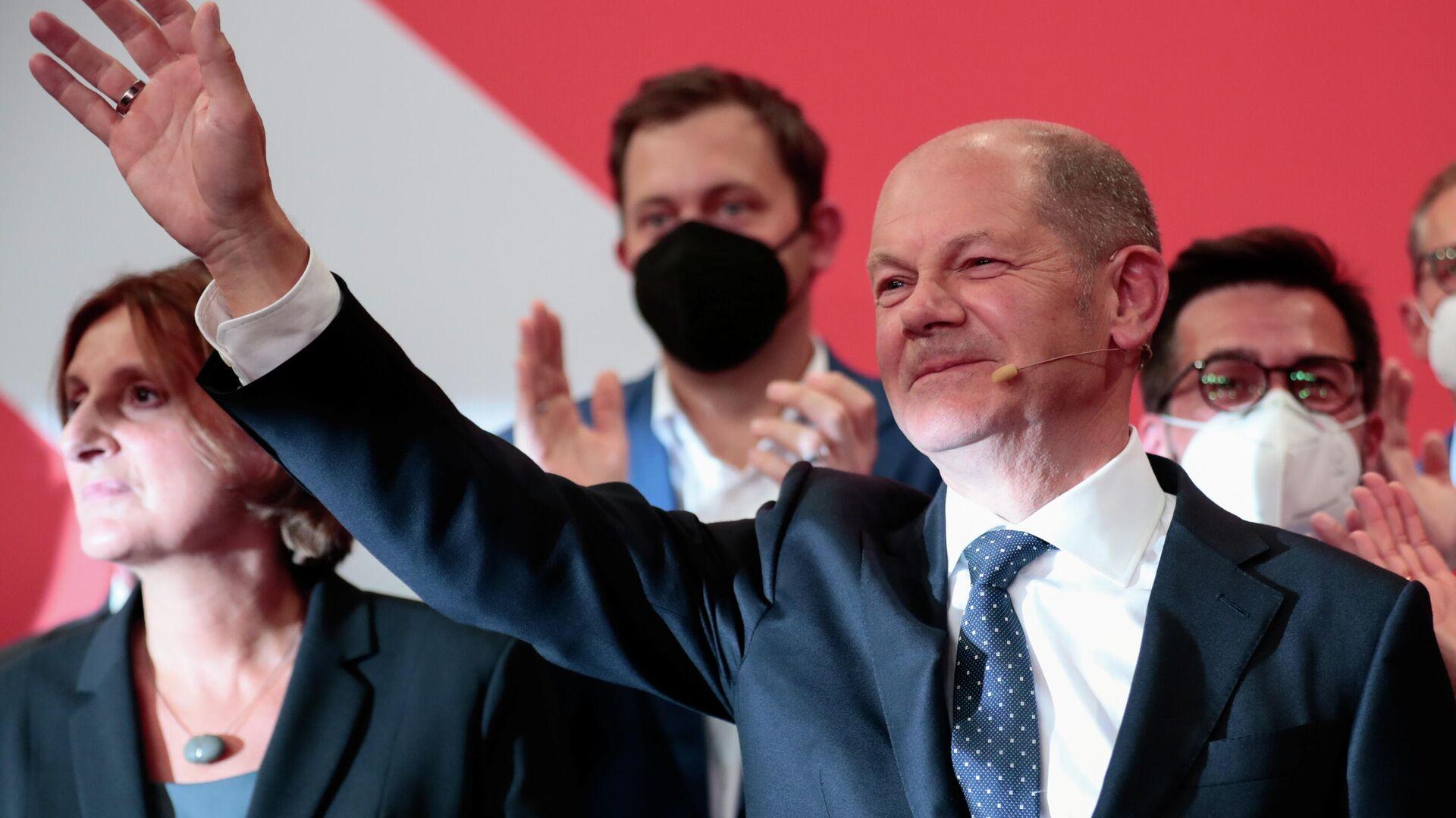 Alman seçim kurulunun yaptığı açıklamaya göre Maliye Bakanı Olaf Scholz'u başbakan adayı gösteren Sosyal Demokrat Parti (SPD), genel seçimlerde oyların yüzde 25.7'sini alarak seçimi birinci bitirdi.  - Sputnik Türkiye, 1920, 26.09.2021
