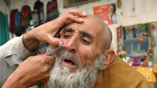 Уличный парикмахер бреет клиента в Джелалабаде, 2006 год - Sputnik Türkiye