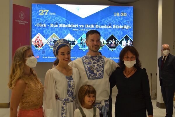 Etkinlik katılımcıları ve St. Petersburg'dan Müzik ve Dans Topluluğu 'Hohloma'.  - Sputnik Türkiye