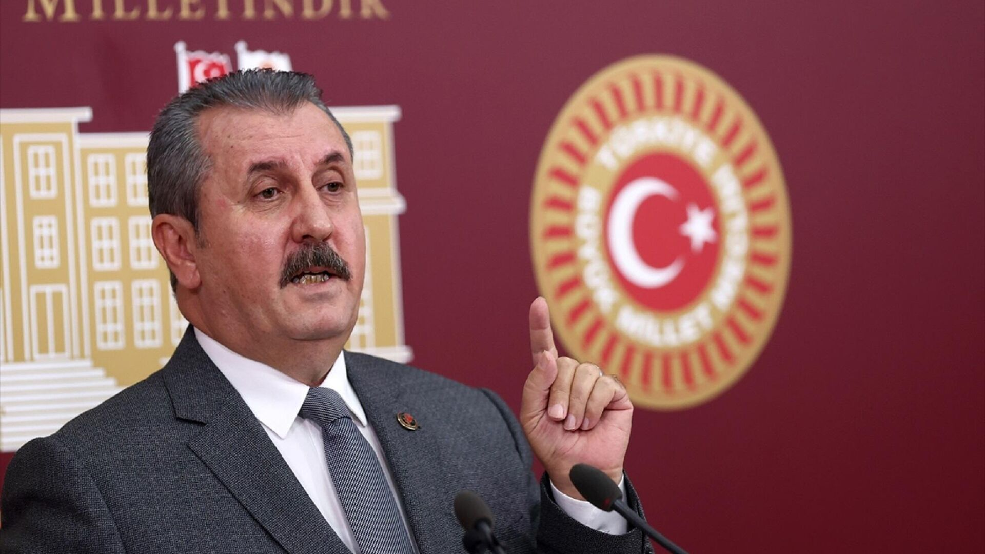 Büyük Birlik Partisi (BBP) Genel Başkanı Mustafa Destici, TBMM'de basın toplantısı düzenledi.  - Sputnik Türkiye, 1920, 28.09.2021