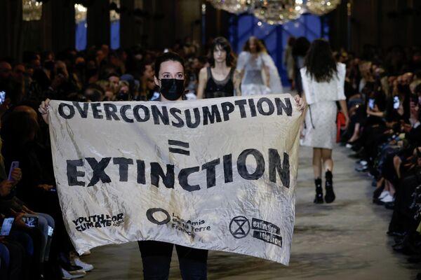 Louis Vuitton defilesinde protesto - Sputnik Türkiye