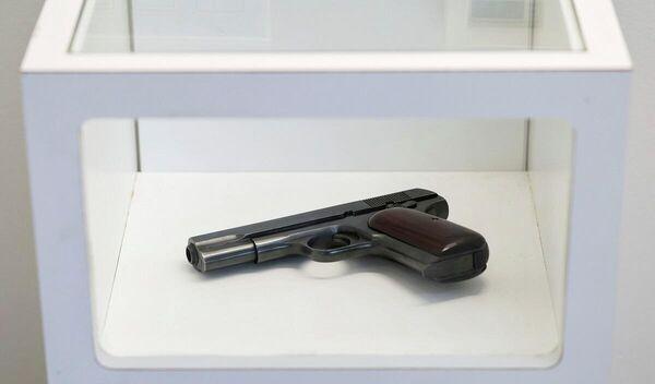 Capone'un eşyaları arasında aile fotoğraflarının yanı sıra kullandığı iki silahı bulunuyor.  - Sputnik Türkiye