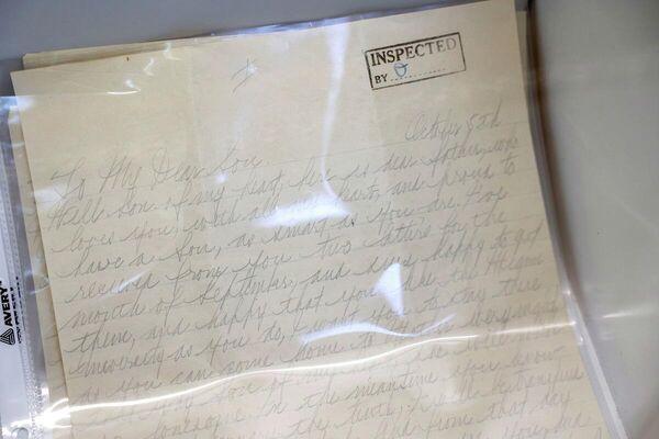 Al Capone Mülkü'ne ait eşyalar arasında aile fotoğraflarının yanı sıra Alcatraz Hapishanesi'nden oğlu Sonny Capone'a yazdığı el yazısı mektuplar bulunuyor. - Sputnik Türkiye