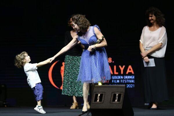Festivalde Ulusal Belgesel Yarışması Jüri Özel Ödülün Aslı Akdağ aldı. Akdağ, ödülünü oğluyla birlikte aldı. - Sputnik Türkiye