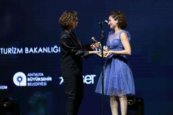Festivalde Ulusal Belgesel Yarışması Jüri Özel Ödülün Aslı Akdağ aldı. - Sputnik Türkiye