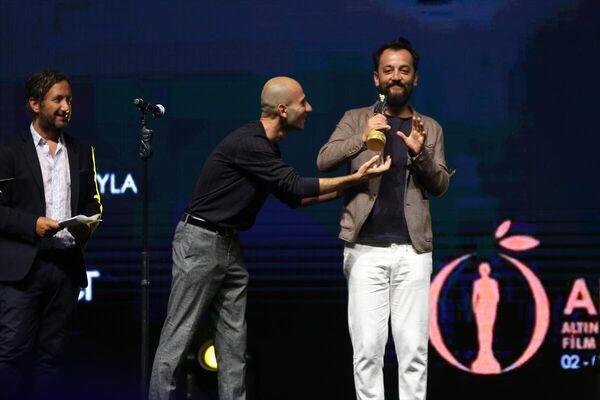 Festivalde Ulusal En İyi Kısa Film ödülünü Ali Tansu Turhan (ortada) aldı. Turhan, ödül sevincini film ekibiyle paylaştı. - Sputnik Türkiye