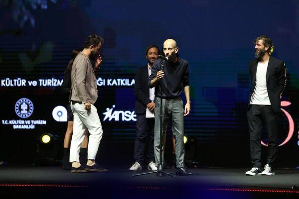 Festivalde Ulusal En İyi Kısa Film ödülünü Ali Tansu Turhan (ortada) aldı.  - Sputnik Türkiye
