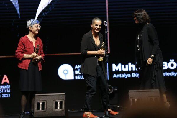 Festivalde, Cahide Sonku ödülünü Ezgi Baldaş (ortada) ile Feride Çiçekoğlu (solda) aldı.  - Sputnik Türkiye