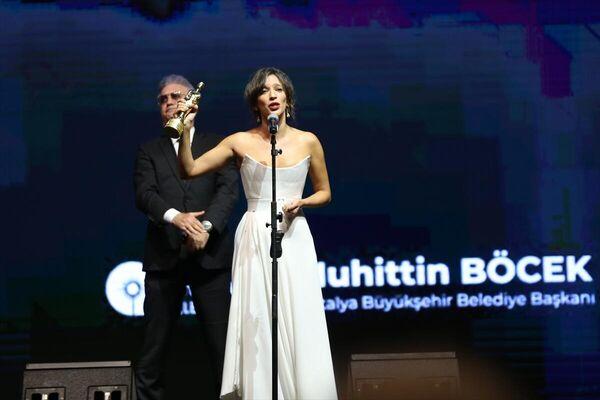 Festivalde, En İyi Kadın Oyuncu ödülünü Nihal Yalçın aldı. Yalçın'a ödülünü oyuncu Tamer Karadağlı verdi. - Sputnik Türkiye