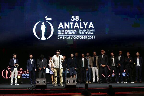 En İyi Film ödülünü kazanan 'Okul Tıraşı' filminin yönetmeni Ferit Karahan'a, ödülünü Kültür ve Turizm Bakanı Mehmet Nuri Ersoy verdi. Karahan, teşekkür konuşması yaptı. - Sputnik Türkiye