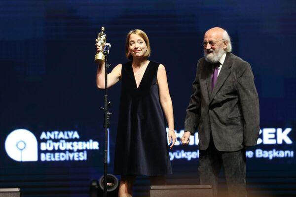 Festivalde, En İyi Sanat Yönetmeni ödülünü Billur Turan (solda) aldı. - Sputnik Türkiye