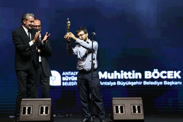 Festivalde, En İyi Yardımcı Erkek Oyuncu ödülünü Erdem Şenocak aldı. Törene katılmayan Şenocak'ın ödülünü film ekibinden Burak Çevik, oyuncu Erkan Petekkaya'dan aldı. - Sputnik Türkiye