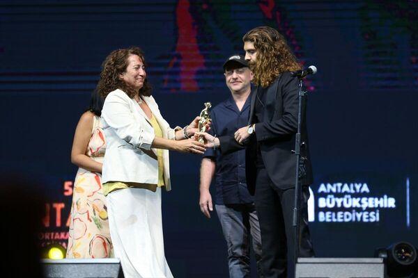 Festivalde, SİAD En İyi Film ödülünü Bembeyaz filmi ile Necip Çağhan Özdemir aldı. - Sputnik Türkiye