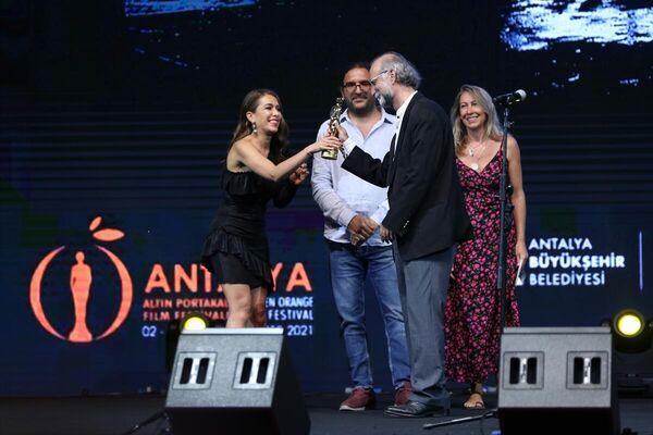 Festivalde, Film-Yön En İyi Yönetmen ödülünü Tayfun Pirselimoğlu aldı. - Sputnik Türkiye