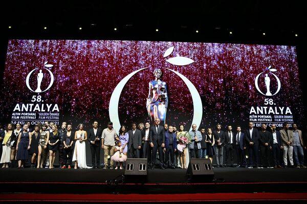 Kültür ve Turizm Bakanı Mehmet Nuri Ersoy'un da katıldığı tören sonunda ödül alanlar ve jüri üyeleri hatıra fotoğrafı çektirdi. - Sputnik Türkiye