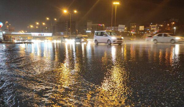 Fatih Sultan Mehmet Köprüsü Kavacık istikametinde sis ve yağış nedeniyle trafik yavaş ilerliyor. - Sputnik Türkiye